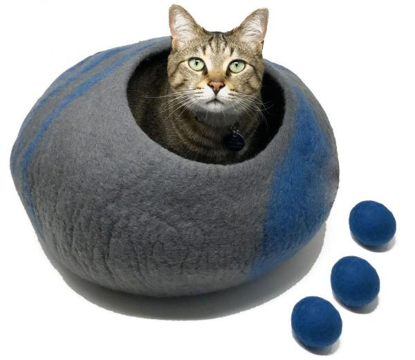CatCatCat Wool Cave Bed with 3 Wool Balls