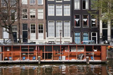 De Poezenboot (The Cat Boat) in Amersterdam (Photo by Jorge Royen/Creative Commons via Wikimedia)