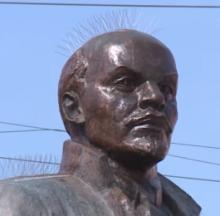 Kinky Crown Of Metal Thorns Stops Pigeons From Pooping On Lenin Statue